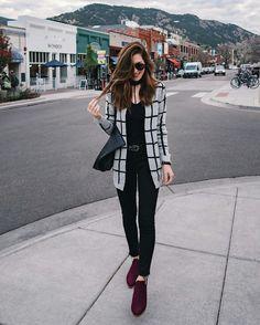 Maxi casaco xadrez preto e branco, blusa preta,calça preta, ankle boot bordeaux