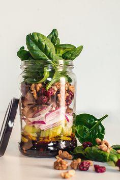 Świeże sałatki w słoiku - sposób na lekki i zdrowy lunch w pracy | RiE World Great Recipes, Healthy Recipes, Healthy Food, Salad In A Jar, Homemade Dressing, Salads, Recipies, Lunch Box, Easy Meals