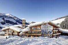 Hoch über dem Örtchen Saalbach mit Blick auf Österreichs größtes Skigebiet Saalbach-Hinterglemm erhebt sich ein Gesamtkunstwerk aus Glas und Holz – das Art & Ski-In Hotel Hinterhag. Mit der Phi...