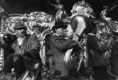 Muenchner Oktoberfest, Bayerische Blaskapelle ullstein bild - Georg Gidal/Timeline Images #1931 #Wiesn #Bayern #Kapelle #Musik #Volksfest #Fest