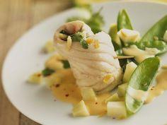Seezungenröllchen mit Safransoße und Kaiserschoten ist ein Rezept mit frischen Zutaten aus der Kategorie Meerwasserfisch. Probieren Sie dieses und weitere Rezepte von EAT SMARTER!