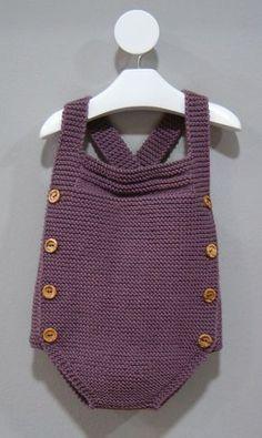 Este sencillo pelele de punto está realizado en una sola pieza y puede realizarse tanto en lana como en hilo. En este artículo te facilitamos el patrón y las explicaciones para primera postura, y los patrones para las tallas de 3 y 6 meses.