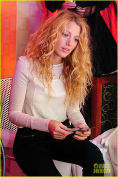 Beachy, effortless looking waves. Blake Lively Ryan Reynolds, Silver White Hair, Celebrity Wigs, Blake Lively Style, Facial, Good Looking Women, Love Hair, Gossip Girl, Beautiful Actresses