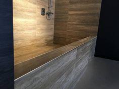 Zona de ducha revestida con madera, acompañada de Varilla en L de acero inoxidable para dar una terminación de gran calidad y durabilidad.