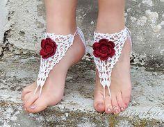 Handgemachte Crochet White barfuss Sandalen mit 3D rote von Lasunka