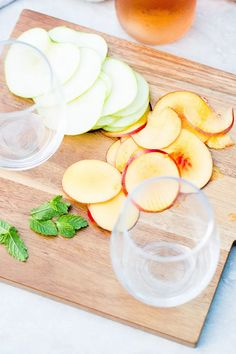 Recipe to make summer sangria, a drink made with rosé wine, slices of seasonal fruit, and mint leaves. Frozen Grapes, Frozen Fruit, Frozen Strawberries, Summer Sangria, Summer Drinks, Ripe Fruit, Peach And Green, Homemade Bbq, Sangria Recipes