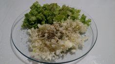 Salada de alface, e repolho temperada com muito orégano, pitada de sal, pimenta do reino, azeite extra virgem e vinagre de maçã 💛