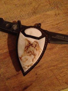 Lupo dell'Alasca, pirografia su placca d'osso di bue tirata a specchio e montata su cuoio per realizzazione di un bolo tie.