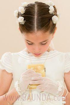 Ale con su vestido, flores y guantes de comunión en México Todo fabricado en España y adquirido en nuestra tienda online Baunda de Madrid http://www.baunda.com