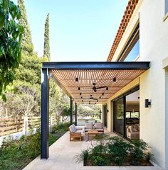 Provence-Villa mit einer modernen Wendung - Besten Deko, Provence-Villa mit einer modernen Wendung While old in strategy, the actual pergola have been suffering from a contemporary renaissance these types of days. House, Modern Pergola, House Exterior, Patio Design, New Homes, House In The Woods