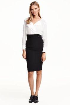 Falda de tubo: Falda ceñida en tejido elástico con trabilla decorativa y botón en los laterales. Cremallera visible y abertura detrás. Largo hasta la rodilla. Forrada.