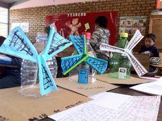 """Los alumnos elaboraron molinos de viento con materiales de desecho, a partir de la lectura de un pasaje de la obra """"Don Quijote de la Mancha"""" posterior a esta actividad elaboraron guiones y realizaron una representación teatral. Utilizamos materiales de reciclaje para explorar las potencialidades creativas."""