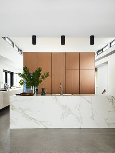 Discover the minimalist and streamlined Dekton® House in Sydney by Alec Pappas Architects, defined by Dekton® surfaces - inside and out. Cottage Kitchens, Home Kitchens, Dream Kitchens, Modern Kitchen Design, Interior Design Kitchen, Custom Dining Tables, Modernisme, Cocinas Kitchen, Melbourne House