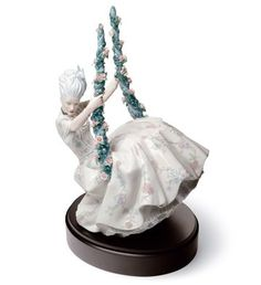 01008424  ROCOCO LADY ON SWING   Issue Year: 2009  Sculptor: Alfredo Llorens  Size: 36x23 cm  Base included