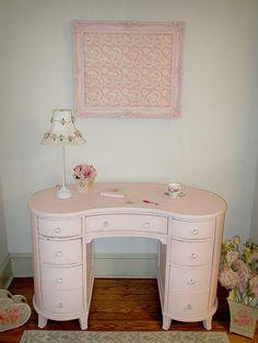 Pink Kidney Shaped Desk - love the shape but would change the colour Dresser Vanity, Vanity Set, Pink Dresser, Vintage Vanity, Vintage Shabby Chic, Vintage Pink, Pink Desk, Home Decor Furniture, Pink Furniture