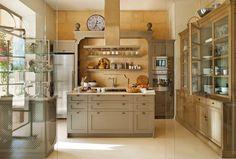 Cocina aislada por pared de cristal con puertas. Olor a hogar