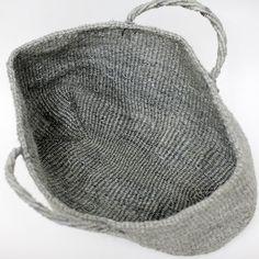 とても丈夫なことからロープなどに使用されるサイザル(リュウゼツラン科の植物)で作られたカゴバッグ。