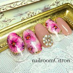 【Bloom~sakura.2017~】 (ブルーム~桜2017~) 大人気のフラワーガーデンの桜バージョン。 桜のアートは「和」になりやすいので、 「洋」を意識してデザインしています オフィスネイルには、ストーンなどの装飾をおさえて ポイントアートで取り入れるのも◎です #フラワー #オールシーズン #春 #パープル #ピンク #ジェルネイル #ホワイト #卒業式 #入学式 #ハンド #ミディアム #チップ #nailroomCitron #ネイルブック