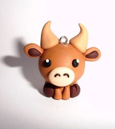 So cute polymer clay bull! Let's name it Bob! Easy Polymer Clay, Polymer Clay Kunst, Polymer Clay Figures, Polymer Clay Sculptures, Polymer Clay Animals, Polymer Clay Miniatures, Sculpey Clay, Polymer Clay Projects, Polymer Clay Charms