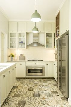 Patchwork in beige tones cute for a smaller sized kitchen Best Flooring, Kitchen Flooring, Kitchen Dining, Kitchen Decor, Kitchen Cabinets, Kitchen White, Modern Country Kitchens, Home Kitchens, Small Space Interior Design