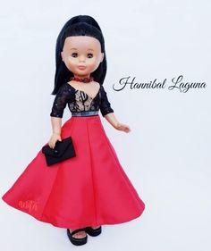 👠Nancy by Hannibal Laguna👠  Los seductores contrastes de color y textura entre el cuerpo y la falda confieren a este romántico vestido un… Barbie, Dolls, Facebook, Princess, Baby Dolls, Baby Doll Clothes, Texture, Toys, Skirts