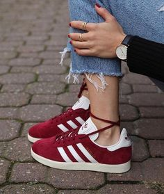 Adidas Women Shoes - Sneakers women - Adidas Gazelle burgundy (©officineconcept) Plus ADIDAS Womens Shoes - - We reveal the news in sneakers for spring summer 2017 Women's Shoes, Cute Shoes, Shoe Boots, Shoes Sneakers, Golf Shoes, White Sneakers, Shoes Style, Red Sneakers Outfit, Roshe Shoes
