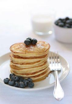 Pancakes alla ricotta.    Ingredienti per circa 22-24 pancakes:  2 cucchiai di zucchero semolato finissimo (Zefiro)  180 g di farina bianca 00 (oppure 90 g di farina 00 + 90 g di farina integrale)  1 cucchiaino e ¼ di lievito in polvere  1 pizzico di sale  3 uova  250 ml di latte  125 g di ricotta fresca  burro fuso per spennellare  per servire:  sciroppo d'acero  mirtilli freschi