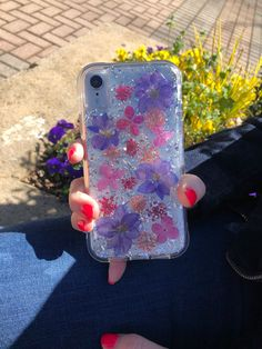 Check out our floral iPhone cases in our Karat Petals Collection. Case-Mate uses genuine flowers and metallic flakes. Pick out your favorite today! Pretty Iphone Cases, Cute Phone Cases, Diy Phone Case, Iphone Phone Cases, Iphone Case Covers, Tumblr Phone Case, Aesthetic Phone Case, Accessoires Iphone, Coque Iphone