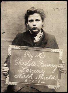 Charlotte Branney colta in flagranza di furto, arrestata tra il 1903 e il 1904 e fotografata dalla polizia di North Shields. Chissà cosa sarà successo di lei...