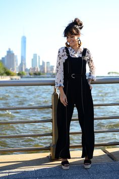 Look da Mariah Bernardes em Nova York com algumas tendências da estação: macacão, plataforma, franja e coque bagunçadinho.
