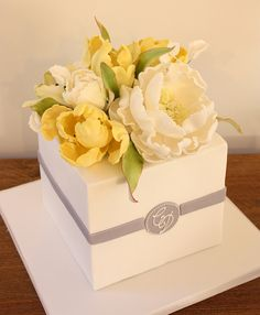Boxed posy cake by Cake Ink. Fancy Cakes, Mini Cakes, Cupcake Cakes, Tulip Cake, Floral Cake, Gorgeous Cakes, Pretty Cakes, Bolo Youtube, Cake Decorating Videos