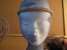 Diadema forrada en piel color chocolate y adornarda con cuentas de metal en color plata