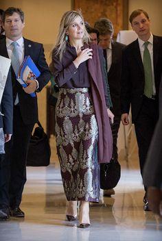 Queen Maxima of the Netherlands in Pakistan: burgundy chiffon Taminau blouse, Alexandra Rich silk print maxi skirt Kaftan Designs, Style Royal, Moda Outfits, My Fair Lady, Period Outfit, Printed Maxi Skirts, Queen Maxima, Pakistan, Winter Outfits For Work