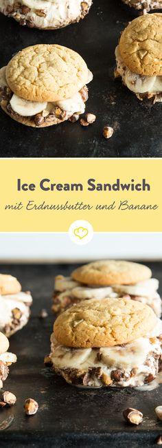 Wenn der King of Rock'n Roll sich ein Ice Cream Sandwich hätte wünschen können, wäre es mit Sicherheit dieses gewesen: Cremiges Vanilleeis und süße Banane zwischen zwei frisch gebackenen Erdnussbutter-Cookies. Und weil genug nicht genug ist, wälzen wir das Ganze noch in schokolierten Erdnüssen.