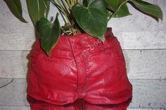 cache-pot jeans peint à la main rouge solide et leger à la fois https://www.alittlemarket.com/boutique/sissi_arts_body-1348519.html