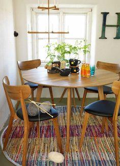 Puiset kalusteet sekä värikäs matto luovat kotoisan ilmeen tähän pieneen ruokailutilaan. Klikkaa kuvaa, niin näet tarkemmat tiedot!