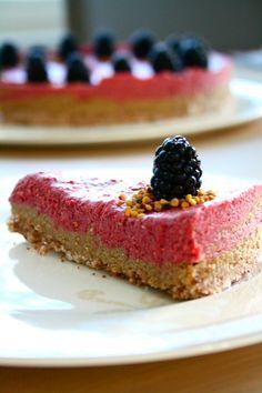 Kinuski-puolukka raakakakku (pähkinätön) / Caramel Fudge Lingonberry Raw Cake (Nut-Free)
