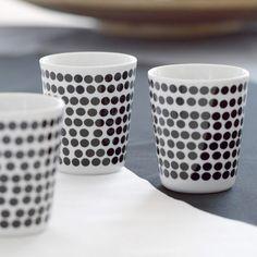 Für das Porzellan bemalen stehen zwei Möglichkeiten zur Verfügung: entweder der Porzellanmalstift (Porcelain Painter) oder flüssige Farbe aus dem Glas (z.B. Marabu Ceramica), die sich per Pinsel auftragen lässt. Der Stift ist für filigranere Motive oder Schriften besser geeignet, die Pinselfarbe für flächigere Motive. Egal, für welche Methode man sich beim Porzellan bemalen entscheidet, die Ergebnisse sind bezaubernd und eignen sich hervorragend als Geschenk! Die selbst gemachten Dinge sind…