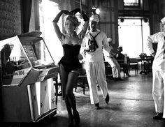 Dorothée Blanck par Raymond Cauchetier sur le plateau de Lola. (réal. Jacques Demy, 1961)
