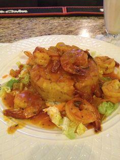 Mofongo con camarones en salsa criolla