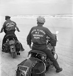 Two members of the Vagabonds Motorcycle Club (South Florida) maneuver their non-racing, single-seat hogs on the Daytona sands. For decades, the bikes that routinely won the Daytona 200 bore brand names like Indian, Norton, and Harley-Davidson. American Motorcycles, Racing Motorcycles, Indian Motorcycles, Vintage Bikes, Vintage Motorcycles, Vintage Type, Motorcycle Clubs, Motorcycle Jacket, Motorcycle Fashion