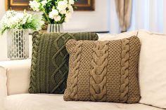 O verde traz frescor e equilíbrio, e o tricô traz o aconchego da casa dos avós. Perfeita para poltronas, cama e até mesmo no chão, dando vida e elegância. #Almofada #AlmofadaTrico #LojaSoulHome