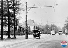 Arnhem: De Velperweg in Arnhem in ca. 1935. Links op de foto de hoek met de Roemer Visscherstraat. Bij de tram, lijn 1 richting Oosterbeek, links de Vondellaan. Rechts is nog net een stukje van het Tolhuis te zien. (Foto: Gelders Archief nr. 1501-04 - B_408_8).