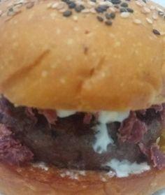 Outro dele... A Squash! Pão de abóbora, A Burger 150g, cream cheese e carne seca desfiada.