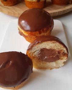 Hayırlı geceler 🙌 Ama bu çok güzel oldu ya 🙆 Yumuşacık bir hamur düşünün içinden çikolatalı krema fışkırıyor üzeri de çikolata kaplı 😍 Yani alman pastasına çok benziyor hamuru biraz daha farklı schoko brötchendeki tarifi uyguladım. Kremasını da sade yerine çikolatalı tercih ettim 😋 Taze taze yemenizi tavsiye ederim. Buzdolabında mayalı hamur olduğundan sertleşebilir. Oda sıcaklığında durursa yumuşaklığını koruyacaktır 👌 Çikolatalı alman pastası  Hamuru için; 1 su bardağı ılık süt 1…