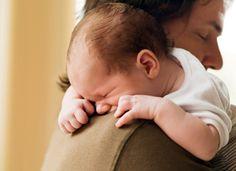 Schlafendes Baby auf Schulter eines Erwachsenen © Corbis Images