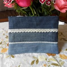 This pretty denim with cotton lining and plastic zipper, t Denim Tote Bags, Denim Handbags, Denim Purse, Artisanats Denim, Jean Diy, Blue Jean Quilts, Denim Ideas, Denim Crafts, Recycle Jeans