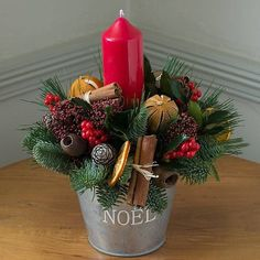 Inspiring Modern Rustic Christmas Centerpieces Ideas With Candles 69 - wire candle holders Christmas Flower Arrangements, Christmas Table Centerpieces, Christmas Flowers, Noel Christmas, Christmas Candles, Rustic Christmas, Xmas Decorations, Christmas Wreaths, Christmas Crafts