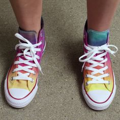 Learn how to use the Tulip One-Step Tie-Dye Party Kit to make a DIY Star Tie-Dye --.Learn how to use the Tulip One-Step Tie Dye Party Kit to make a DIY Star Tie Dye - Fête Tie Dye, Tulip Tie Dye, Tie Dye Party, How To Tie Dye, Tie Dye Converse, Tie Dye Shoes, How To Dye Shoes, Diy Converse, White Converse