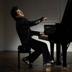 When Chinese pianist Lang Lang left the classical music label Deutsche Grammophon in early 2010 and signed a new record contract with Sony Music...